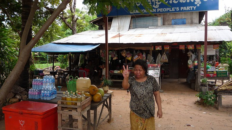 Vegyesbolt és boldog tulajdonosa Angkorban