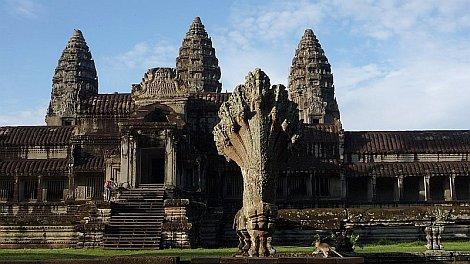Angkorvat, elõtérben egy hétfejû naga-szoborral - nézze meg nagyban is!
