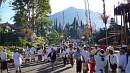 Besakih elõtt reggel hétre már hatalmas tömeg gyûlt össze.