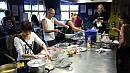 A konyhában ezerféle náció fõz éppen. Vegyük észre a Laos pólót a háttérben.