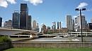 A belváros a Brisbane-folyó partjáról szemlélve.