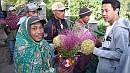 Indonéz virágárusok a kilátó elõtt.