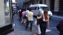 Ritka látvány Dél-Amerikában, avagy sorállás a buszmegállóban.