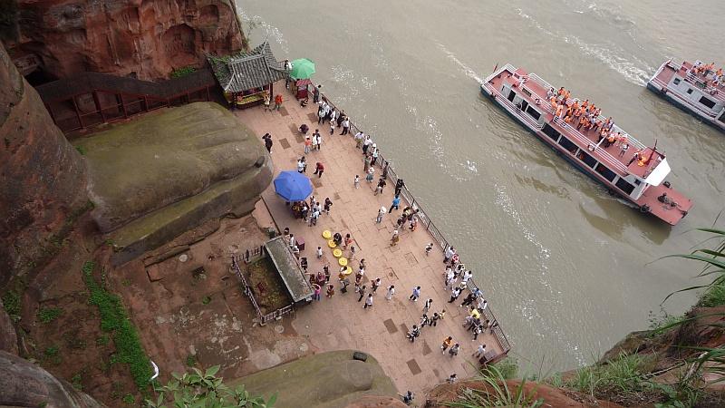 A szobrot egyben leginkább a folyóról lehet szemügyre venni
