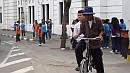 Kerékpáros taxi, azaz ojek sepeda indul útnak Dzsakarta történelmi városrészében.