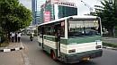 A buszok hátsó ajtajában kalauz dolgozik. Õ indexel, tereli a forgalmat és vadászik az utasokra.