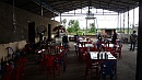 Az étterem és az illemhelyként funkcionáló hátsó udvar.