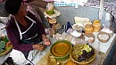 Indonéz asszony reggelit árul a palota piacán.