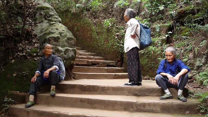 Sétában megfáradt kínai nyugdíjasok.