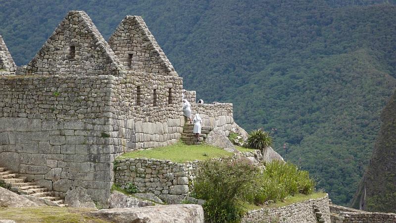 Az épületek többségén régen tetõ is volt