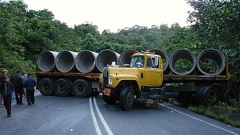 Tönkrement a kuplung, a kamion pedig visszacsúszott az emelkedõn - nézze meg nagyban is!