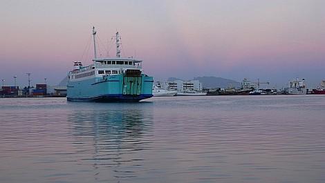 A hajnali kompra várva Papeete kikötõjében - nézze meg nagyban is!