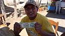 Bolíviai pénzváltó, kétszáz forinttal a kezében.