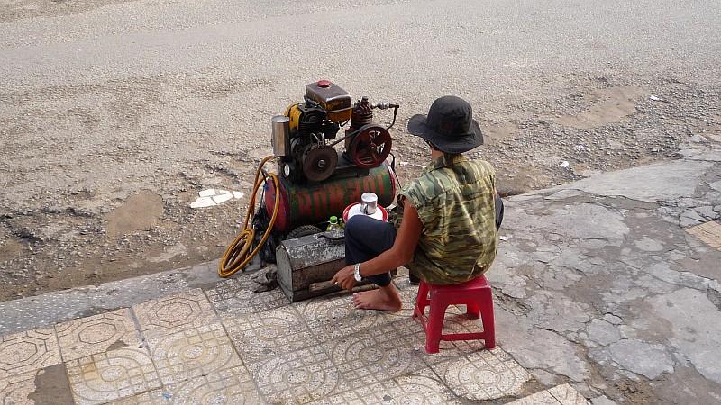 Kompresszált levegõt árusító fiatal Saigon belvárosában