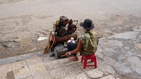Kompresszált levegõt árusító fiatal Saigon belvárosában - nézze meg nagyban is!