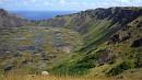 A Rano Kau krátere, háttérben a nyílt óceán.