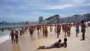 Sok helyi élvezi a napsütést a Copacabanan.