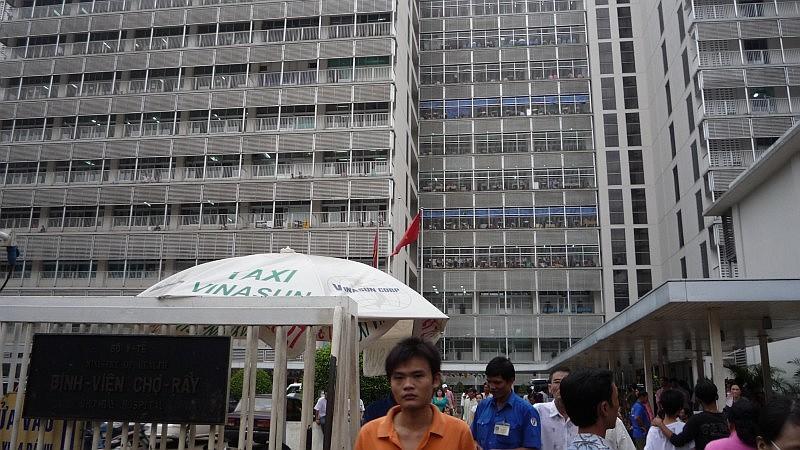 Kórház a város szélén