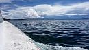 A tó 230 kilométer hosszú és 97 kilométer széles.