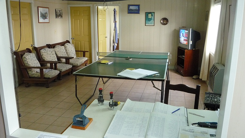 TV és ping-pong asztal, hogy legyen mivel elütni a munkaidõt