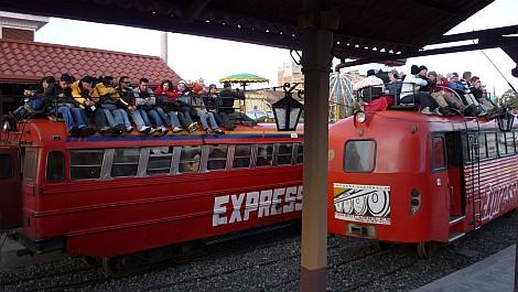 Gringóktól roskadozó vonat a riobambai állomáson - nézze meg nagyban is!